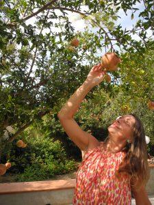 Heidrun Adriana Bomke unter dem Granatapfelbaum