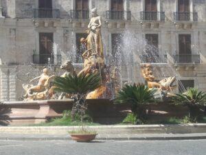 Dianabrunnen in Ortigia, Heidrun Adriana Bomke, Schreibreisen